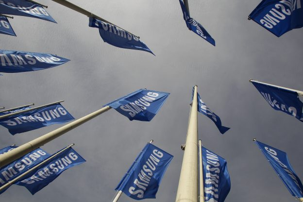 下載自路透 Samsung flags are set up at the main entrance to the Berlin fair ground before the IFA consumer electronics fair in Berlin, August 28, 2012. The IFA consumer electronics and home appliances fair will open its doors to the public from August 31 till September 5 in the German capital. REUTERS/Tobias Schwarz (GERMANY - Tags: SCIENCE TECHNOLOGY BUSINESS) - RTR376S7