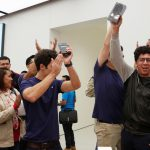 A customer celebrates after buying an iPhone 7 during the opening of the first Apple Store in Mexico City, Mexico September 24, 2016.  REUTERS/Ginnette Riquelme - RTSPADN