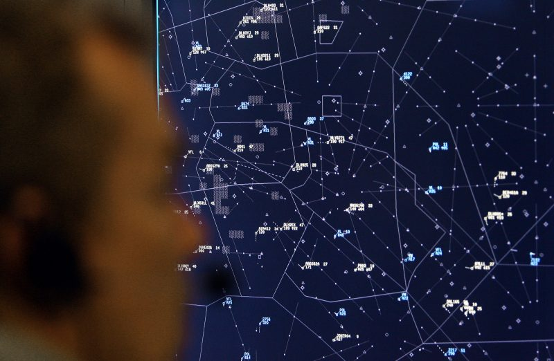 下載自路透 An air traffic controller watches his screen at the control centre of the German air traffic control agency Deutsche Flugsicherung in Langen near Frankfurt October 30, 2006. REUTERS/Alex Grimm (GERMANY) - RTR1IU1T