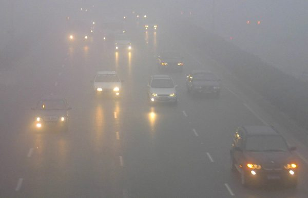 下載自路透 Cars move in heavy fog in Nanjing, eastern China