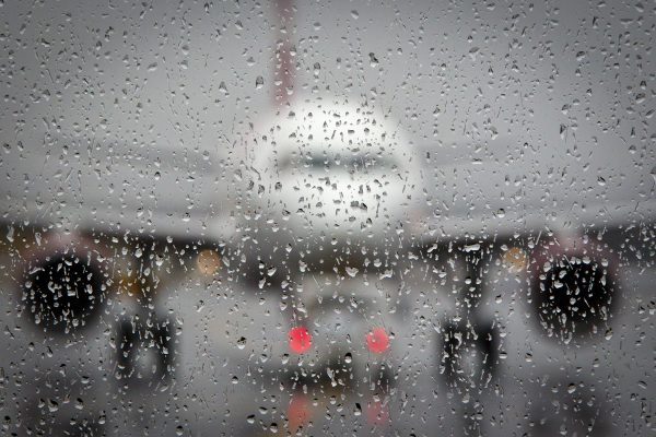 下載自路透 An airplane is pictured though a rain-coated window on the day before Christmas at LaGuardia Airport in New York, December 24, 2014. REUTERS/Carlo Allegri (UNITED STATES - Tags: SOCIETY TRANSPORT ENVIRONMENT) - RTR4J6TS