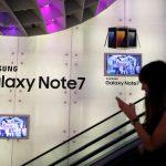 下載自路透 A woman passes a Samsung Note 7 advertisement in Singapore September 22, 2016. REUTERS/Edgar Su  - RTSOXUB