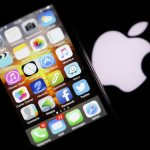 下載自路透 An Apple iPhone is pictured next to the logo of Apple in Bordeaux, southwestern France, February  26, 2016. REUTERS/Regis Duvignau  - RTX28QC8