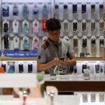 下載自路透 A man looks at a Samsung Electronics smartphone at its headquarters in Seoul, South Korea, July 4, 2016. Picture taken on July 4, 2016.  REUTERS/Kim Hong-Ji - RTX2K28W