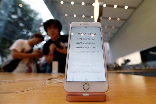 下載自路透 Apple's new iPhone 7 Plus is displayed after the new iPhone 7 Plus went on sale at the Apple Store at Tokyo's Omotesando shopping district, Japan, September 16, 2016.    REUTERS/Issei Kato - RTSNYKQ