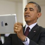 下載自路透 U.S. President Barack Obama holds up an Apple iPad during a visit to Buck Lodge Middle School in Adelphi, Maryland February 4, 2014.  Obama made the visit to highlight the progress of his ConnectED goal of connecting 99% of students to next-generation broadband and wireless technology within five years.  REUTERS/Kevin Lamarque  (UNITED STATES - Tags: POLITICS EDUCATION) - RTX187RF