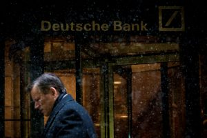 圖片來源:《達志影像》 圖片取自路透社 A man walks past the Deutsche Bank offices during a snow storm in Manhattan's financial district in New York January 21, 2014.   REUTERS/Brendan McDermid/File Photo - RTSQ89E