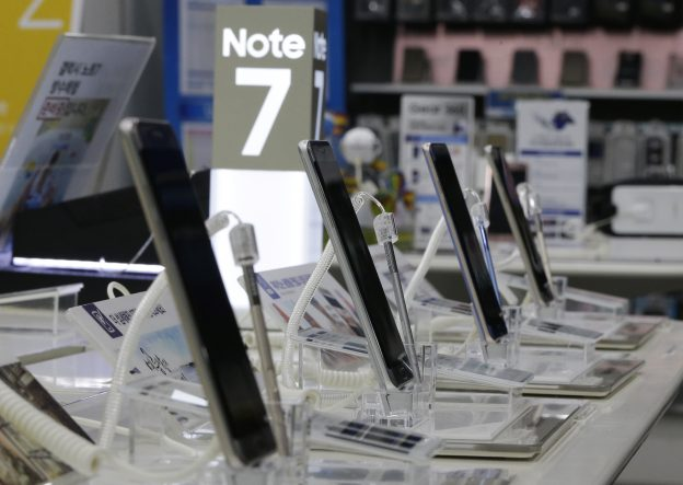 下載自美聯社 Powered-off Samsung Electronics Galaxy Note 7 smartphones are displayed at the company's service center in Seoul, South Korea, Sunday, Sept. 11, 2016. Samsung Electronics is urging consumers worldwide to stop using Galaxy Note 7 smartphones immediately and exchange them as soon as possible, as more reports of the phones catching fire emerged even after the company's global recall. (AP Photo/Ahn Young-joon)