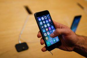 下載自路透 A customer takes a look at the new iPhone 7 smartphone inside of an Apple Inc. store in New York, U.S., September 16, 2016. REUTERS/Eduardo Munoz - RTSO1ZV