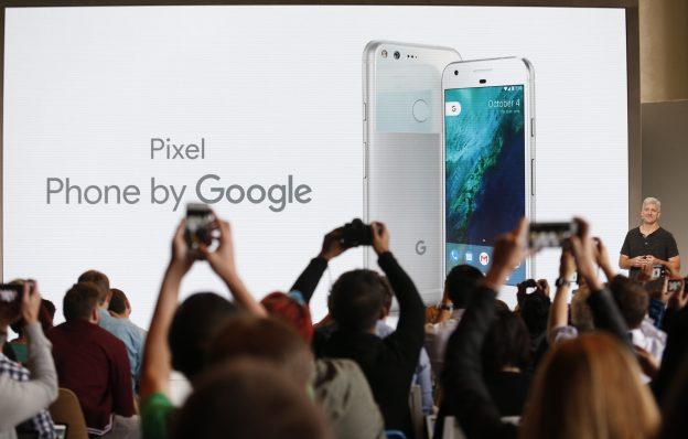 下載自路透 Rick Osterloh, SVP Hardware at Google, introduces the Pixel Phone by Google during the presentation of new Google hardware in San Francisco, California, U.S. October 4, 2016.   REUTERS/Beck Diefenbach TPX IMAGES OF THE DAY - RTSQQNQ