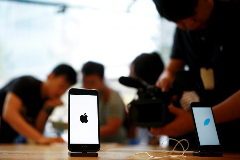 下載自路透 Members of the media film the new iPhone 7 at an Apple store in Beijing, China, September 16, 2016.  REUTERS/Thomas Peter/File Photo - RTSOXD6