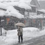 下載自美聯社 A woman walks in heavy snowfall in Shiozawa, Niigata prefecture, north of Tokyo, Wednesday, Feb. 1, 2012. A storm coming in over the Sea of Japan brought snow and wind to Japan's west coast Wednesday. (AP Photo/Shizuo Kambayashi)