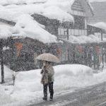 下載自美聯社 A woman walks in heavy snowfall in Shiozawa, Niigata prefecture, north of Tokyo, Wednesday, Feb. 1, 2012. A storm coming in over the Sea of Japan brought snow and wind to Japan's west coast Wednesday. (AP Photo/Shizuo Kambayashi)