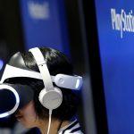 下載自路透 A woman uses Sony's PlayStation VR headset at Tokyo Game Show 2016 in Chiba, east of Tokyo, Japan, September 15, 2016. REUTERS/Kim Kyung-Hoon - RTSNTIG