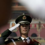 圖片來源:《達志影像》 圖片取自美聯社 A Chinese paramilitary policeman salutes as he and others stand guard on Tiananmen Square before the closing session of the Chinese People's Political Consultative Conference (CPPCC) at the Great Hall of the People in Beijing, Monday, March 14, 2016. (AP Photo/Andy Wong)