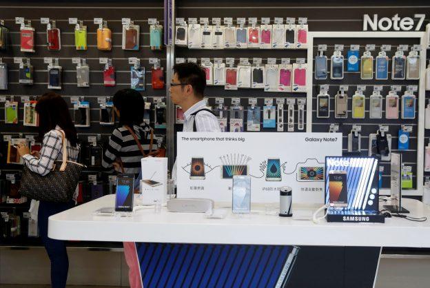 下載自路透 Customers queue near Galaxy Note 7 smartphone advertisements at a Samsung service centre in Taipei, Taiwan October 11, 2016. REUTERS/Tyrone Siu  - RTSRP9Y