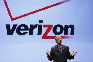 下載自路透 Lowell McAdam, Verizon president and COO, speaks at Verizon's iPhone 4 launch event in New York January 11, 2011. Verizon Wireless plans to sell Apple Inc's iPhone for as low as $200 starting next month, putting the smartphone at the center of its high-stakes battle with AT&T Inc for wireless customers.   REUTERS/Brendan McDermid (UNITED STATES - Tags: SCI TECH BUSINESS) - RTXWG3N