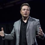 下載自美聯社 FILE--In this April 30, 2015, file photo, Elon Musk, CEO of Tesla Motors Inc., unveils the company's newest products, Powerwall and Powerpack in Hawthorne, Calif. Tesla announced Thursday, Sept. 15, 2016, that it had been selected by the utility to construct the battery storage project at the Mira Loma substation in Riverside County. (AP Photo/Ringo H.W. Chiu, file)