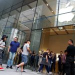 下載自路透 People enter an Apple store to purchase the new iPhone 7, in Beijing, China September 16, 2016.  REUTERS/Thomas Peter - RTSNYXL