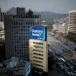 下載自路透 An outdoor advertisement, promoting Samsung Electronics' Galaxy Note 7, installed atop a building is seen in central Seoul, South Korea, October 11, 2016.   REUTERS/Kim Hong-Ji - RTSRPE4