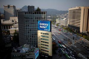 下載自路透 An outdoor advertisement, promoting Samsung Electronics' Galaxy Note 7, installed atop a building is seen in central Seoul, South Korea, October 11, 2016.   REUTERS/Kim Hong-Ji - RTSRPE4