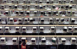 下載自路透 A lone Chinese trader takes a nap during midday break at Shanghai Stock Exchange February 10, 2003. China's B shares fell on Monday as trade resumed after the Lunar New Year holidays as investors worried about a possible U.S.-led war on Iraq, but the oil sector bucked the trend, brokers said. Shanghai's B share index was down 1.45 percent at 125.431 points at the midday break while Shenzhen's fell 1.1 percent to 207.00. - RTXLS15
