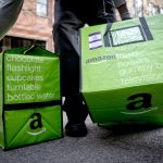 下載自路透 An Amazon worker delivers groceries from the Amazon Fresh service in the Brooklyn Borough of New York, November 25, 2014.  REUTERS/Brendan McDermid (UNITED STATES - Tags: BUSINESS SCIENCE TECHNOLOGY) - RTR4FM6T