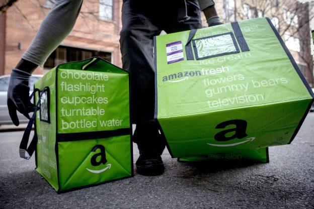 下載自路透 An Amazon worker delivers groceries from the Amazon Fresh service in the Brooklyn Borough of New York, November 25, 2014.  REUTERS/Brendan McDermid (UNITED STATES - Tags: BUSINESS SCIENCE TECHNOLOGY) - RTR4FM6T