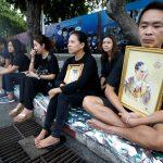 下載自路透 People mourning for the late King Bhumibol Adulyadej wait along a procession route near the Grand Palace in Bangkok, Thailand October 14, 2016. REUTERS/Edgar Su   - RTSS686