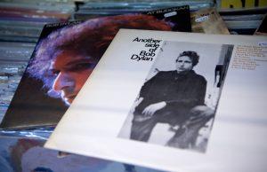 下載自美聯社 The records 'At Budokan' (l) and 'Another side of Bob Dylan' by Bob Dylan lie in a record store in Munich, Germany, 13 October 2016. Dylan has won the Nobel Prize for Literature 2016. Photo by: Sven Hoppe/picture-alliance/dpa/AP Images