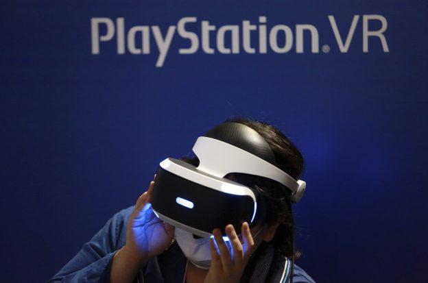 下載自美聯社 FILE - In this Sept. 15, 2016, file photo, a visitor tries out a Sony's PlayStation VR headgear device at the Tokyo Game Show in Makuhari, near Tokyo. Unlike the Oculus Rift and HTC Vive, PlayStation VR works in unison with a PlayStation 4 console instead of a high-end PC. It's also cheaper, more comfortable and will be the most convenient option for VR seekers when it's released Oct. 13. (AP Photo/Eugene Hoshiko, File)