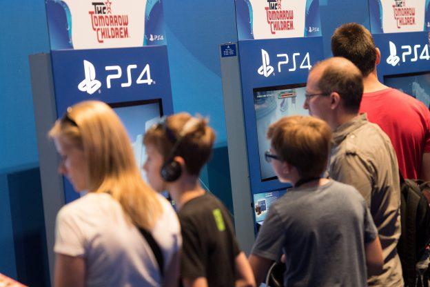 下載自美聯社 Visitors at hte Sony Playstation stall at the Gamescom gaming convention in Cologne, Germany, 18August 2016. The Gamescom gaming convention runs from 17-21 August 2016.  Photo by: Marius Becker/picture-alliance/dpa/AP Images