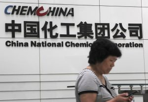 圖片來源:《達志影像》 圖片取自路透社 A woman checks her phone at the headquarters of China National Chemical Corporation in Beijing, July 20, 2009. REUTERS/Stringer/File Photo  CHINA OUT. NO COMMERCIAL OR EDITORIAL SALES IN CHINA   - RTSS6MF