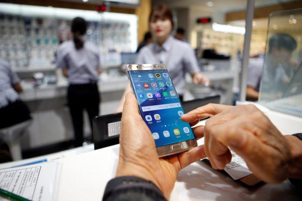 下載自路透 A customer uses his Samsung Electronics' Galaxy Note 7 as he waits for an exchange at company's headquarters in Seoul, South Korea, October 13, 2016.   REUTERS/Kim Hong-Ji - RTSS0H7