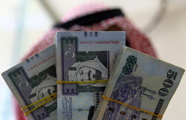 圖片來源:《達志影像》圖片取自路透社 A Saudi money changer displays Saudi Riyal banknotes at a currency exchange shop in Riyadh, Saudi Arabia September 29, 2016. REUTERS/Faisal Al Nasser  - RTSQ0B6