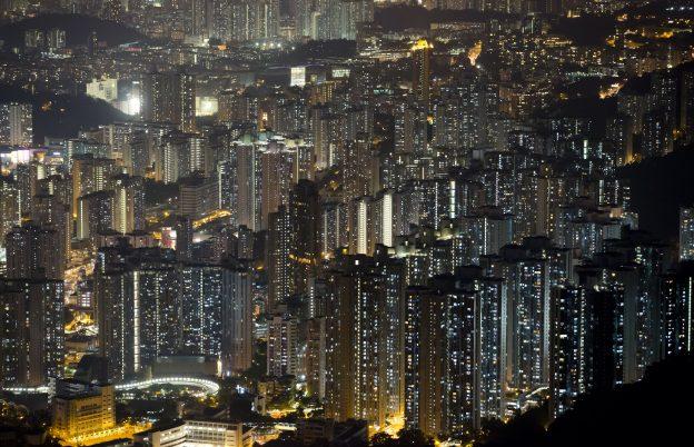 圖片來源:《達志影像》 圖片取自美聯社 This Nov. 27, 2015 photo shows apartment buildings in Hong Kong. In tightly-packed Hong Kong, the dead are causing a problem for the living. Limited land to build on and soaring property prices mean Hong Kong is fast running out of space to store the dead.  (AP Photo/Kin Cheung)