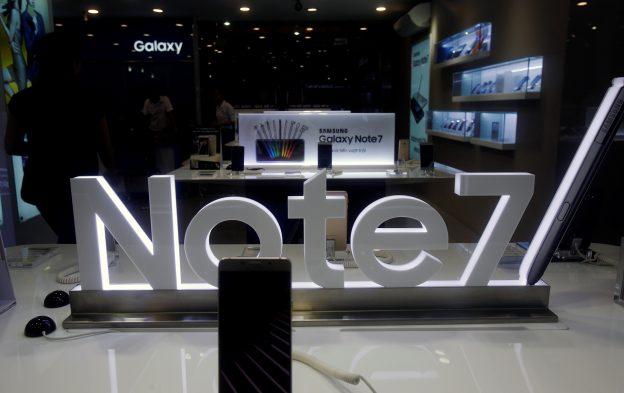 下載自路透 An advertisement of Samsung Galaxy Note 7 is seen at a mobile phone shop in Hanoi, Vietnam October 12, 2016. REUTERS/Kham - RTSRX8E
