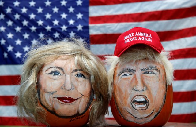 下載自路透 The images of U.S. Democratic presidential candidate Hillary Clinton (L) and Republican Presidential candidate Donald Trump are seen painted on decorative pumpkins created by artist John Kettman in LaSalle, Illinois, U.S., June 8, 2016. REUTERS/Jim Young TPX IMAGES OF THE DAY - RTSGMTI