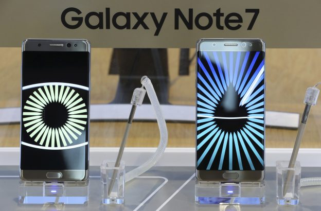 下載自美聯社 In this Tuesday, Oct. 11, 2016 photo, Samsung Electronics Galaxy Note 7 smartphones are displayed at its shop in Seoul, South Korea. Samsung Electronics said Thursday, Oct. 13, 2016, it has expanded its recall of Galaxy Note 7 smartphones in the U.S. to include all replacement devices the company offered as a presumed safe alternative after the original Note 7s were found prone to catch fire. (AP Photo/Lee Jin-man)