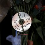 "下載自路透 A CD is seen attached to flowers at a makeshift memorial outside the home of the late singer David Bowie in the Manhattan borough of New York City, January 11, 2016. David Bowie, a music legend who used daringly androgynous displays of sexuality and glittering costumes to frame legendary rock hits ""Ziggy Stardust"" and ""Space Oddity"", has died of cancer. REUTERS/Mike Segar - RTX21WIR"