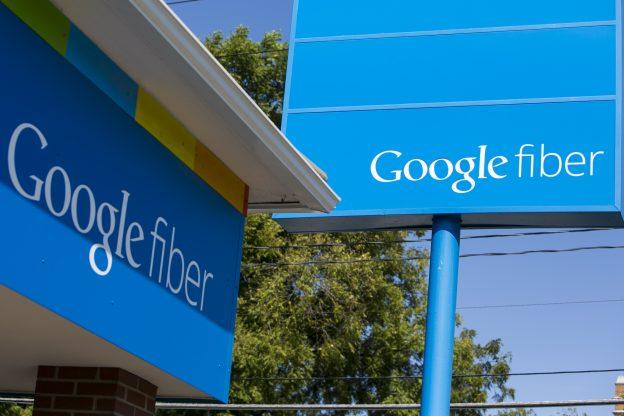 下載自美聯社 A logo sign outside of a Google Fiber sales office in Kansas City, Missouri, on August 23, 2015. Photo by Kristoffer Tripplaar *** Please Use Credit from Credit Field ***