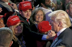 下載自路透 Republican U.S. presidential nominee Donald Trump greets supporters at his election night rally in Manhattan, New York, U.S., November 9, 2016.  REUTERS/Carlo Allegri  - RTX2SQ3H