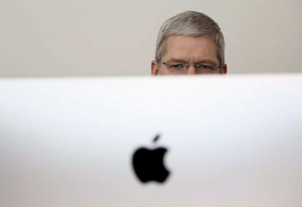 下載自路透 Apple CEO Tim Cook looks at a new IMac after a presentation at Apple headquarters in Cupertino, California October 16, 2014.  REUTERS/Robert Galbraith (UNITED STATES  - Tags: SCIENCE TECHNOLOGY BUSINESS)   - RTR4AH62