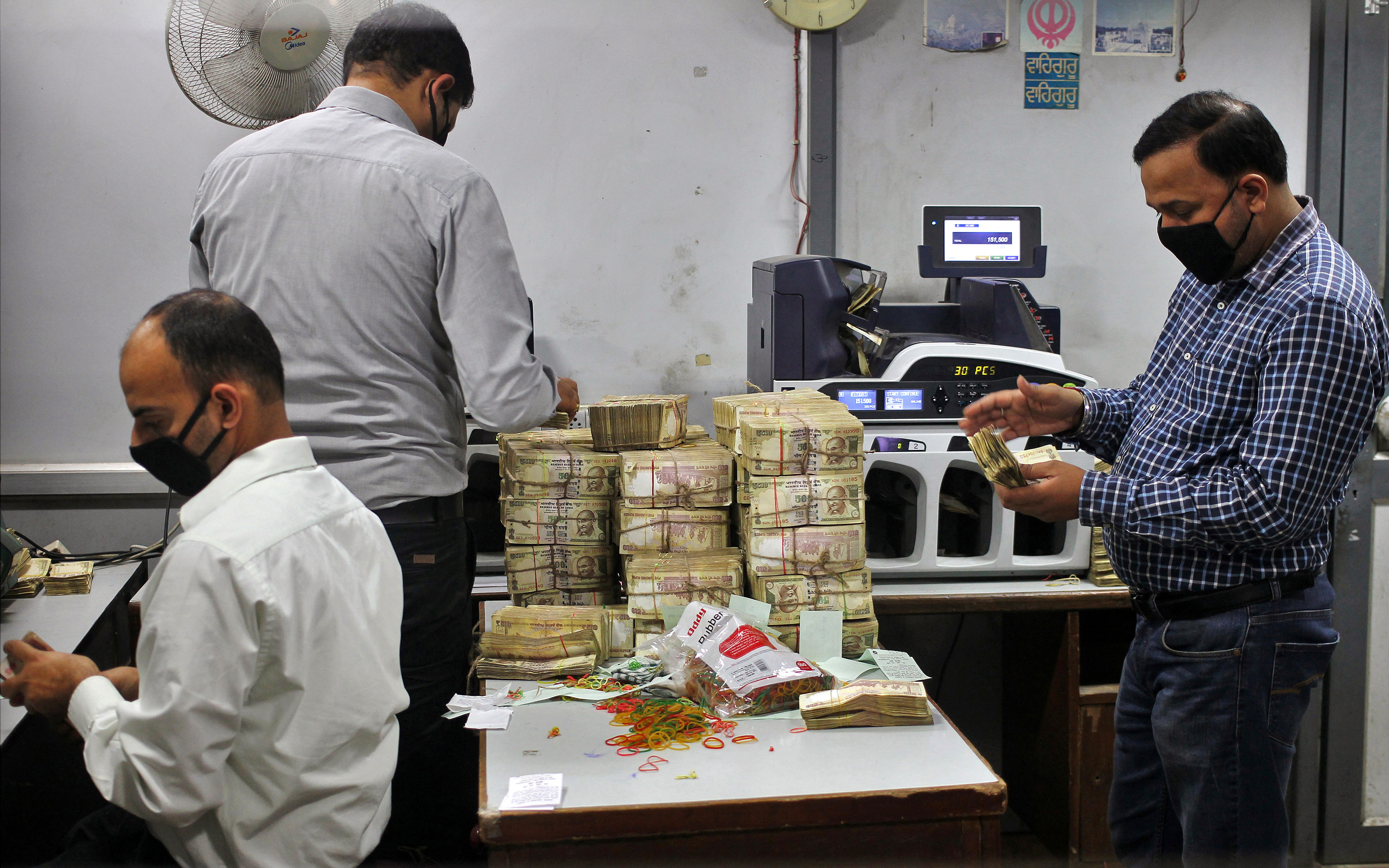 圖片來源:《達志影像》 圖片取自路透社 Bank employees count old 500 Indian rupee banknotes inside a bank in Jammu November 11, 2016. REUTERS/ Mukesh Gupta - RTX2T6D9