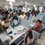 下載自路透 People stand in queues at cash counters to deposit and withdraw money inside a bank in Chandigarh, India, November 10, 2016.  REUTERS/Ajay Verma - RTX2SY9C