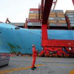 圖片來源:《達志影像》 圖片取自路透社 A worker is seen next to the Maersk's Triple-E giant container ship Maersk Majestic, one of the world's largest container ships, at the Yangshan Deep Water Port, part of the Shanghai Free Trade Zone, in Shanghai, China September 24, 2016. Picture taken September 24, 2016. REUTERS/Aly Song - RTSPFUU
