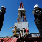 圖片來源:《達志影像》 圖片取自路透社 Workers look at a drilling rig of the Rosneft-owned Prirazlomnoye oil field outside Nefteyugansk, Russia, August 4, 2016. REUTERS/Sergei Karpukhin/File Photo        - RTSPZR7