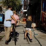圖片來源:《達志影像》 圖片取自路透社 A family walks a bicycle down a sidewalk on an unseasonably warm day in the Brooklyn borough of New York, U.S., October 18, 2016.  REUTERS/Lucas Jackson  - RTX2PDVT