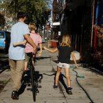 圖片來源:《達志影像》 圖片取自路透社 A family walks a bicycle down a sidewalk on an unseasonably warm day in the Brooklyn borough of New York, U.S., October 18, 2016.  REUTERS/Lucas Jackson  - RTX2PDVT