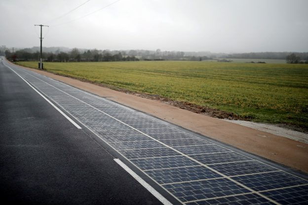 下載自路透 A solar panel road is pictured during its inauguration in Tourouvre, Normandy, northwestern France, December 22, 2016. REUTERS/Benoit Tessier - RTX2W5WT